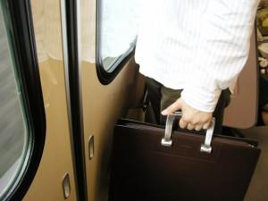 通勤電車で次の駅で降りる人を見分ける裏ワザ!